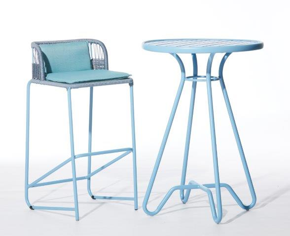 Banquetas e mesa bistrô Loop, design Rejane Carvalho Leite