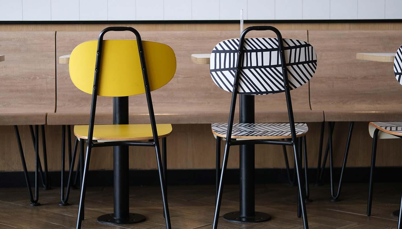 Cadeiras iguais em cores diferentes que combinam bem com mesa de jantar