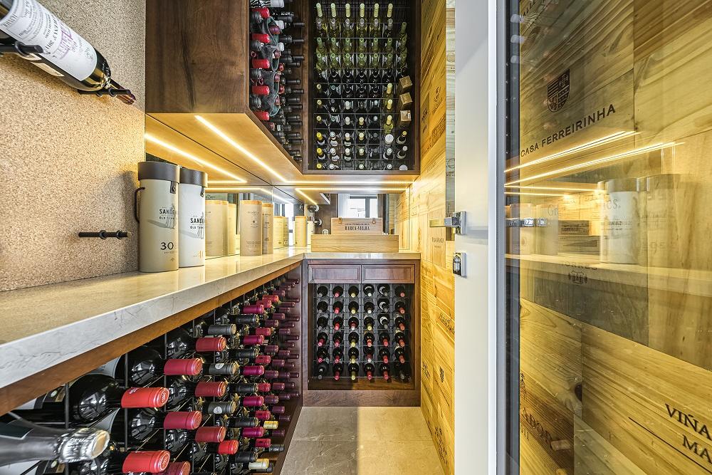adega com capacidade para 400 garrafas